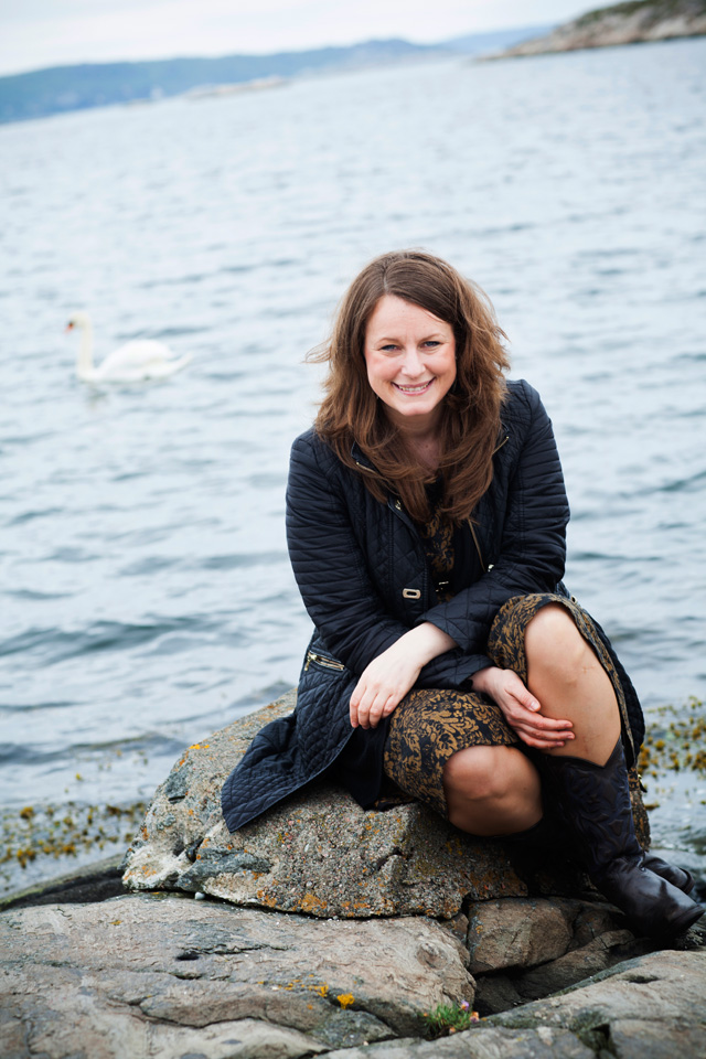 SofieSandell - Photographer Katja Rangstam - Swan in the background